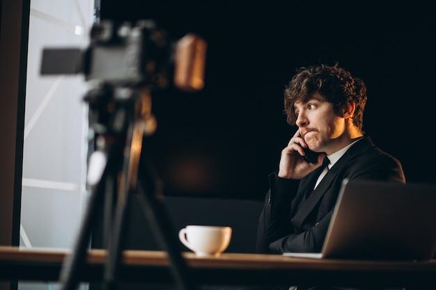 Bel giovane blogger presso una stazione di registrazione