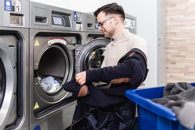 세탁소에서 매주 세탁을 하는 잘생긴 젊은 사업가.