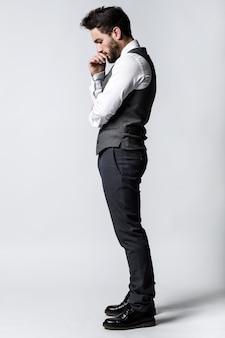 Красивый молодой предприниматель мышления. изолированные на белом. Бесплатные Фотографии