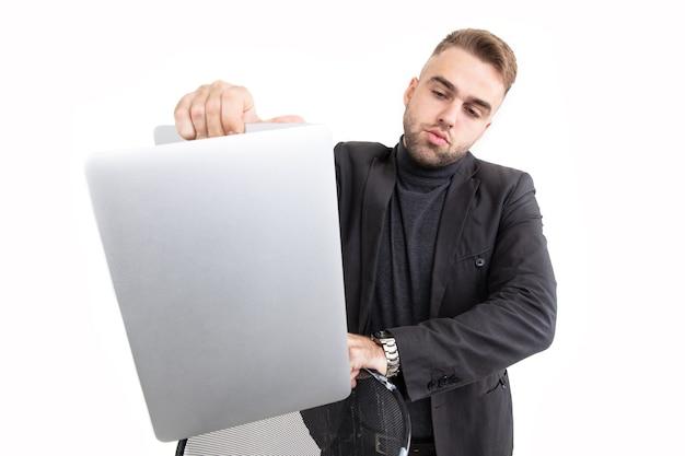ハンサムな青年実業家が彼のラップトップを破棄