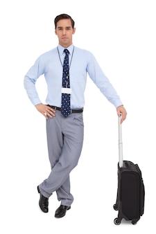 Красивый молодой предприниматель, ожидания с его чемодан