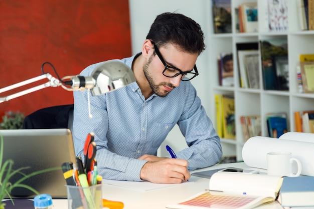 Красивый молодой предприниматель, работающих в офисе.