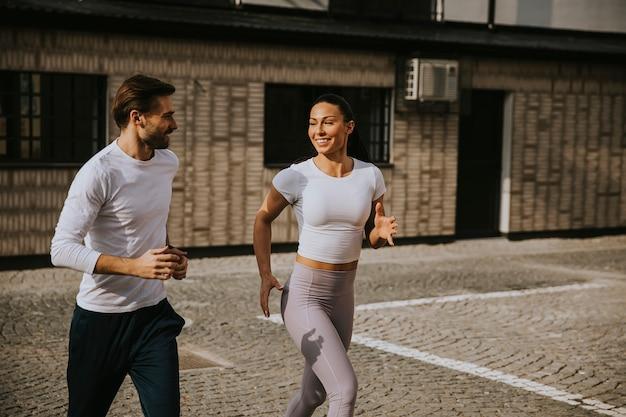 Красивая молодая пара работает в городской среде