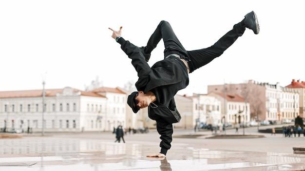 Красивый молодой танцор танцор выступает в городе