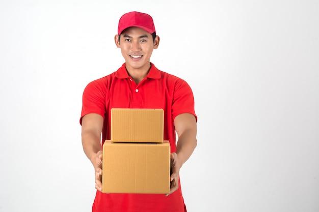 上品な若い配達の男は、ボックスには、白い背景。