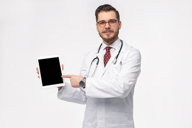 タブレットを持つハンサムな若い医者