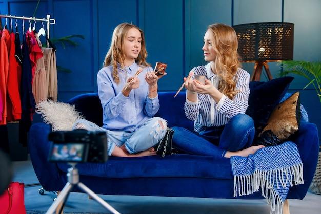 ハンサムな若い女性美容ブロガーの録音は、プロのカメラを使用してチュートリアルを構成します。