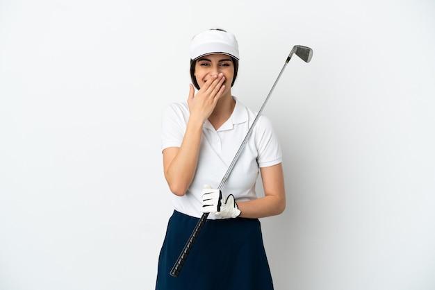 ハンサムな若いゴルファープレーヤーの女性が白い背景で隔離の幸せと笑顔で口を手で覆う