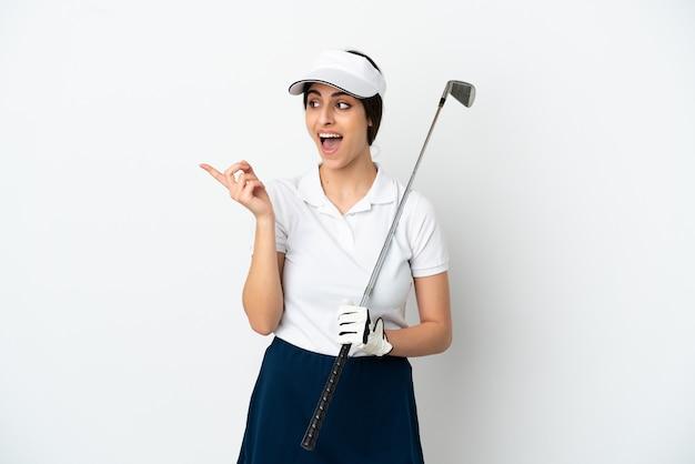 指を持ち上げながら解決策を実現しようとしている白い背景で隔離のハンサムな若いゴルファープレーヤーの女性