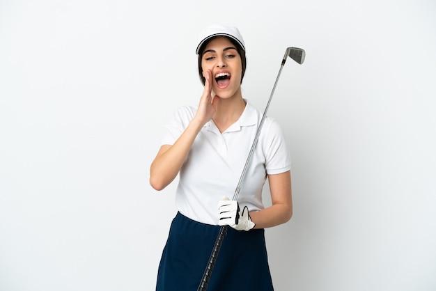 Красивая молодая женщина игрок в гольф изолирована на белом фоне кричит с широко открытым ртом