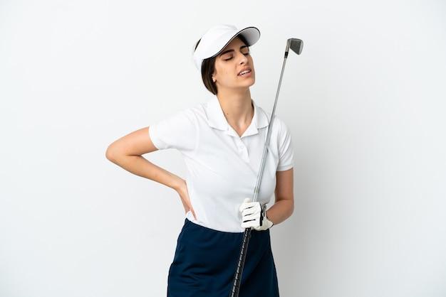 努力したために腰痛に苦しんでいる白い背景で隔離のハンサムな若いゴルファープレーヤーの女性