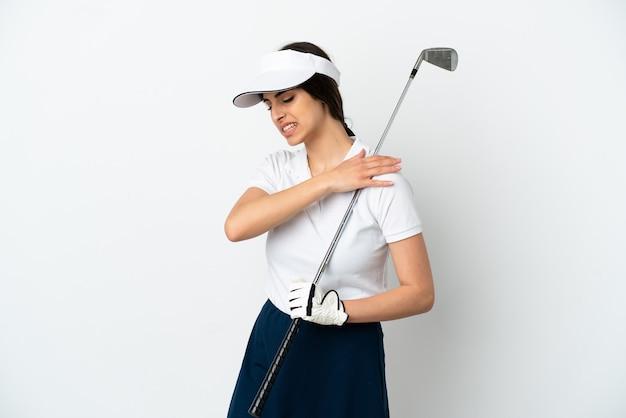 Красивая молодая женщина-игрок в гольф изолирована на белом фоне и страдает от боли в плече за то, что приложила усилия
