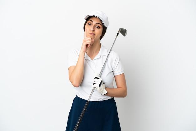 Красивая молодая женщина игрок в гольф, изолированные на белом фоне, думая об идее