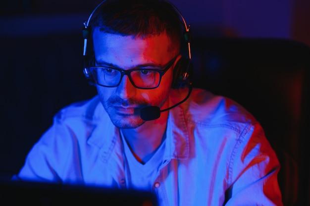 Красивый молодой мужчина программирует код разработчика программного обеспечения во время работы из дома