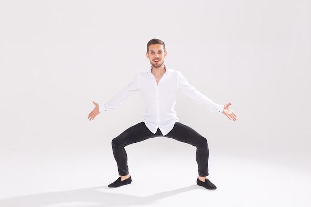 흰 벽에 춤 잘 생긴 젊은 남자.
