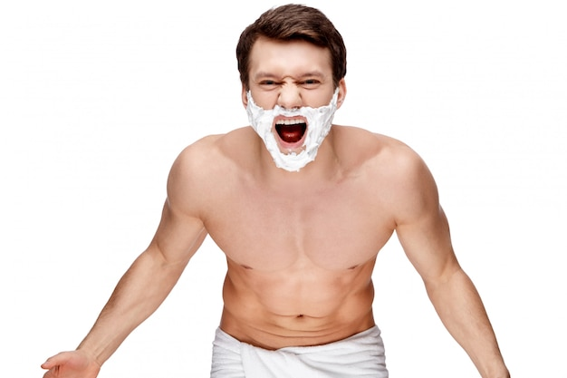 Красивый молодой человек делает процедуры утренней гигиены, изолированные на белом