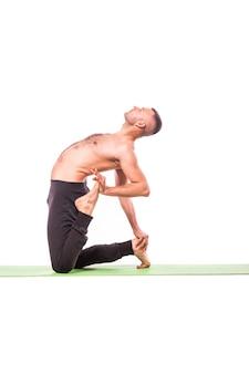 Bel giovane uomo facendo yoga posa isolato su uno sfondo bianco