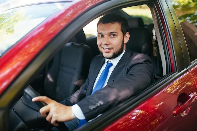 車を運転するハンサムな若い男