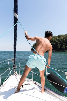 Bel giovane che gode del tempo in barca