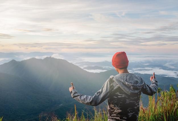 Красивый молодой человек, походы в солнечные дни в лесу, зеленые холмы.