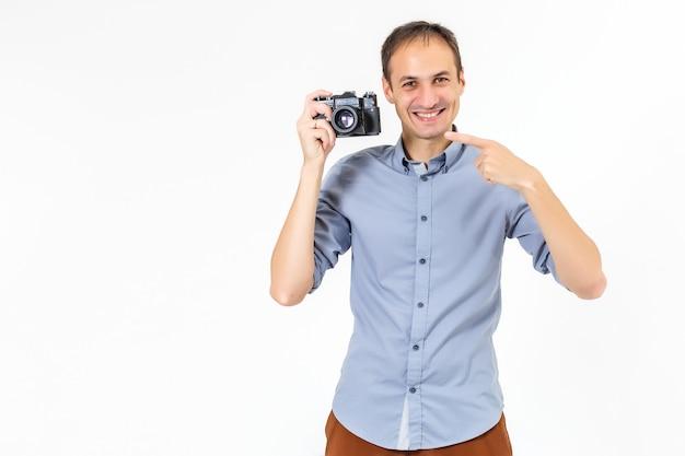 카메라를 들고 잘생긴 젊은 남자. 흰색에.