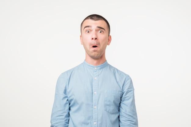 青いシャツを着たハンサムな若い男