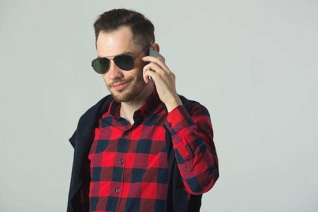 市松模様のシャツを着たハンサムな若い男