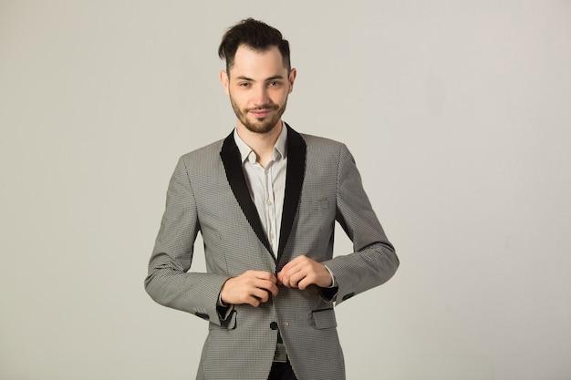 灰色のジャケットを着たハンサムな若い男