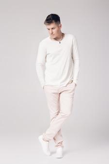 하얀 스웨터에 잘 생긴 젊은 남자는 잠시 생각