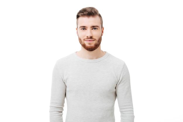 白いセーターでハンサムな若い男