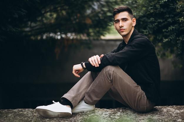 Красивый молодой человек в парке