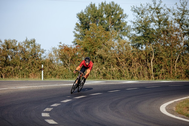 보호 헬멧과 야외에서 자전거에 적극적인 훈련을하는 미러 안경에 잘 생긴 젊은 남자