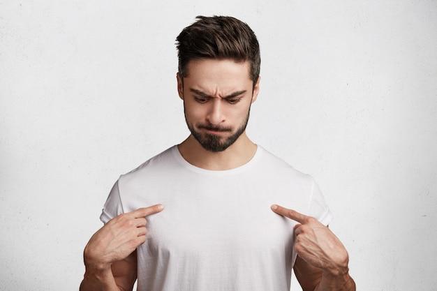 白いtシャツでハンサムな若い男