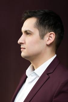 Красивый молодой человек 25-30 лет в костюме.