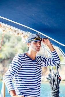 ヨットでハンサムな若い男