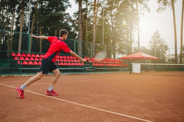 Красивый молодой человек на теннисном корте.