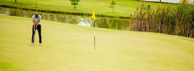 ゴルフをしているハンサムな若い男