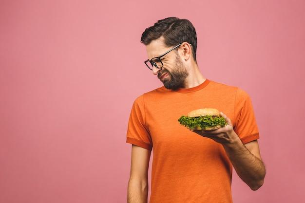 Красивый молодой человек отказывается от нездоровой бургер
