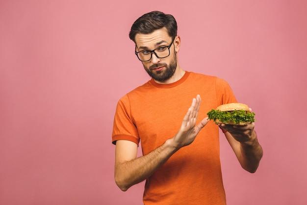 Красивый молодой человек, отказываясь нездоровой бургер