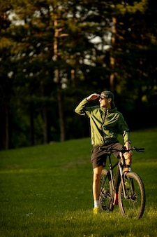 공원에서 ebike를 타고 잘 생긴 젊은 남자