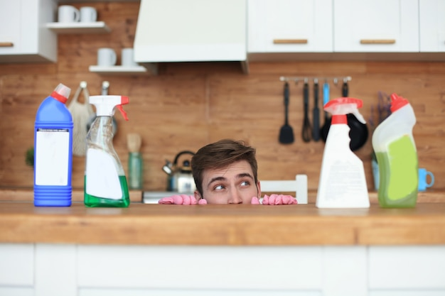 잘생긴 젊은 남자는 부엌 청소를 두려워합니다.
