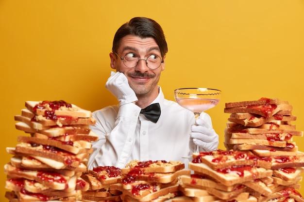땅콩 버터 젤리 샌드위치로 둘러싸인 잘 생긴 젊은 남자