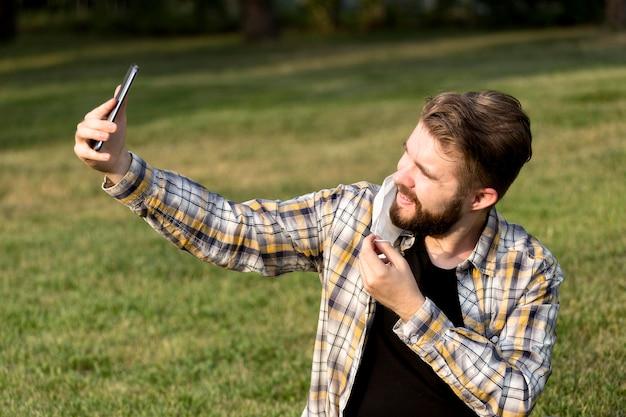 Selfieを取ってハンサムな若い男