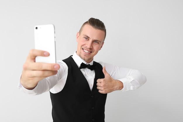 빛에 selfie를 복용 잘 생긴 젊은 남자