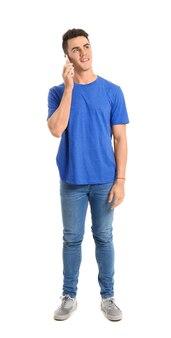 Красивый молодой человек разговаривает по мобильному телефону на белой поверхности