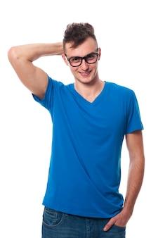 ファッションメガネをかけているハンサムな若い男