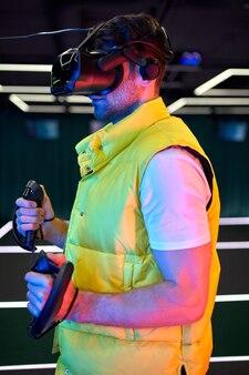 バーチャルリアリティの眼鏡をかけたハンサムな若い男。 vr、ゲーム、エンターテインメント、未来のテクノロジーコンセプト。