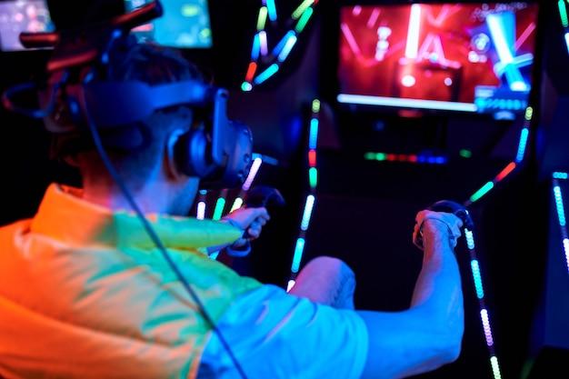 Красивый молодой человек в очках виртуальной реальности. vr, игры, развлечения, концепция технологий будущего.