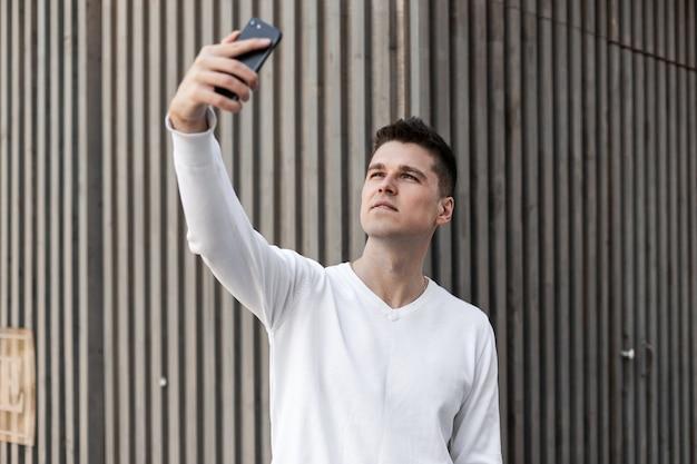 Красивый молодой человек со смартфоном
