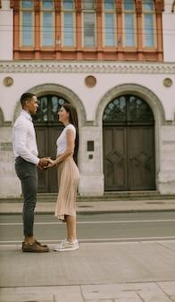 Красивая молодая многонациональная пара, стоящая на улице